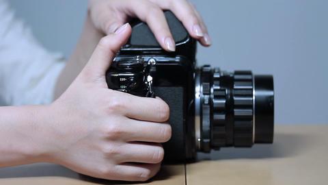 横方から写真を撮る若い女性 Stock Video Footage