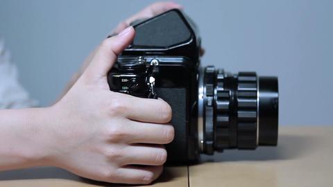 横方から写真を撮る若い女性 Footage