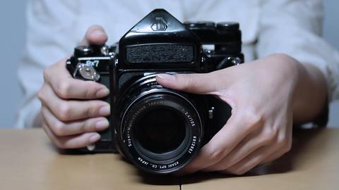 レンズを回しながら写真を撮る女性 Footage