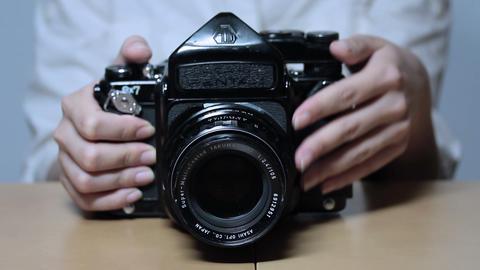 レンズを回しながら写真を撮る女性 Stock Video Footage