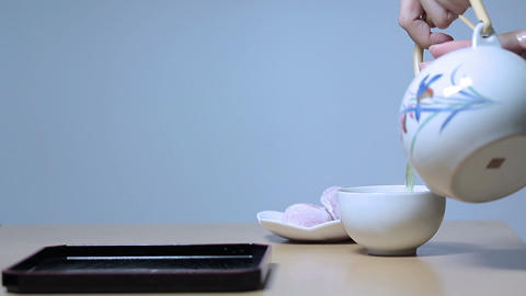 お茶を注ぐ若い女性 Footage