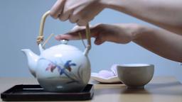 お茶を注ぐ若い女性 Stock Video Footage
