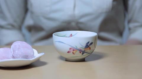 お茶を持つ若い女性 Stock Video Footage