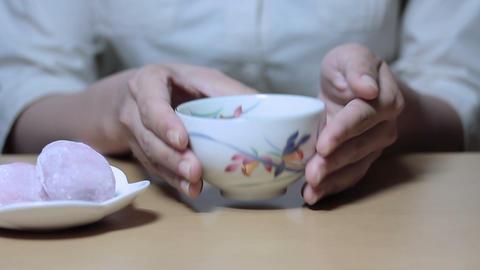 お茶を持つ若い女性 Footage