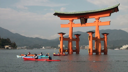 Canoes at the floating torii gate on Miyajima isla Stock Video Footage