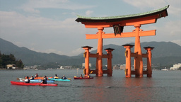 Canoes at the floating torii gate on Miyajima isla Stock Video Footage