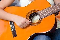 girl playing guitar 相片