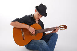 man with hat playing guitar 相片