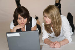 2 young women using a laptop 사진