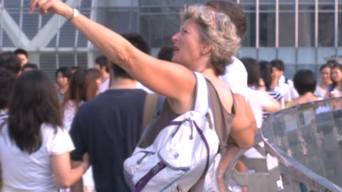 Western tourist inbetween chinees people Stock Video Footage
