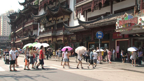 People crossing the street in Yuyuan garden, Shanghai Stock Video Footage