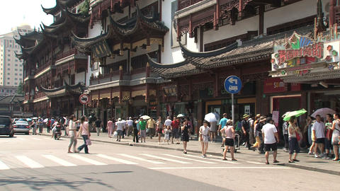 People crossing the street in Yuyuan garden, Shanghai Footage