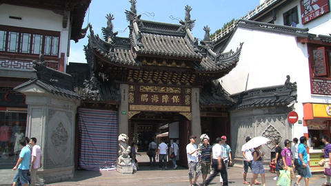 Entrance Yuyuan garden full with people Stock Video Footage