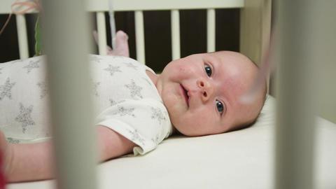 Baby in White Crib ビデオ