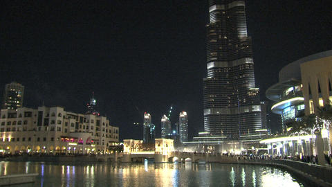 Burj Khalifa tilt to Dubai fountain Stock Video Footage