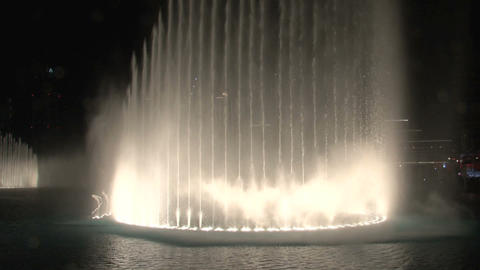 The Dubai Fountain tilt to the burj khalifa Stock Video Footage