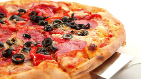 Tasty Italian pizza, cheese, salami and olives, do Footage