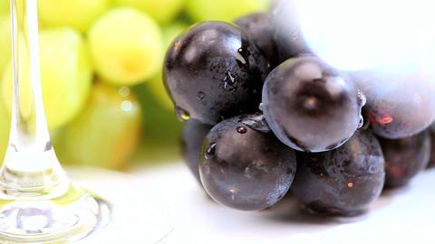 Studio close-up of fresh grapes & wine glasses ビデオ