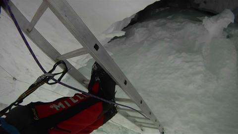 Sherpa crossing diagonal ladder Footage