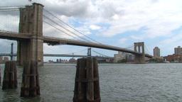 Manhattan bridge zoom out between the brooklyn bri Stock Video Footage