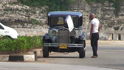 Havana Broken down oldtimer Stock Video Footage