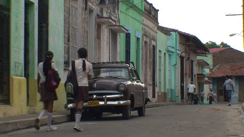 Colonial building, oldtimer, schoolchildren Stock Video Footage