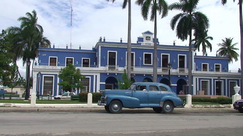 Cienfuegos Oldtimer in front of immigration buildi Stock Video Footage