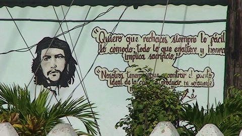 Trinidad Che Guevara on wall horsecar passing by Stock Video Footage