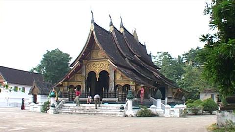 Luang Prabang Wat Thong tempel Stock Video Footage