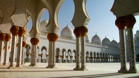The pillars of the beautiful Sheikh Zayed Mosque i Stock Video Footage