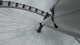 London Eye, pan from top to base of the huge round Stock Video Footage