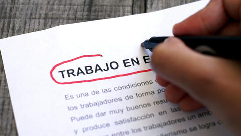 Circling Teamwork with a pen (In Spanish) Stock Video Footage