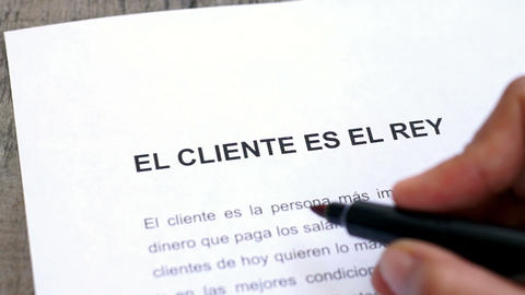 Circling Customer is king with a pen (In Spanish) Stock Video Footage