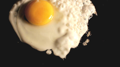 fried egg on black pan - timelapse Footage