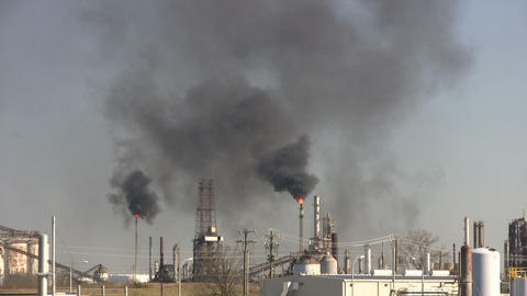 Black fumes billow from burning chimney fires at Houston Refinery ビデオ