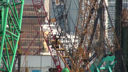 Worker 'flies ' through cranes in Hong Kong Footage