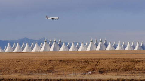 Airplane flying over Denver International Airport ビデオ