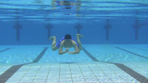 young man swimming in the swimming pool Live影片