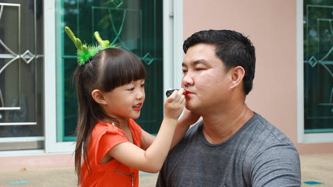 Little girl makeup to papa Live Action