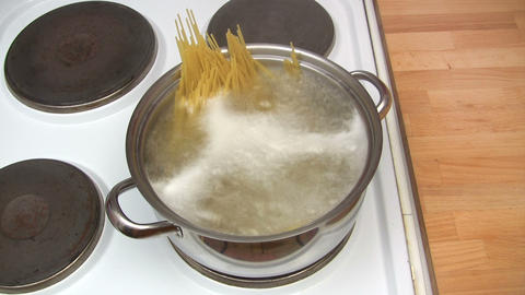 Cooking Spaghetti - Time Lapse Footage