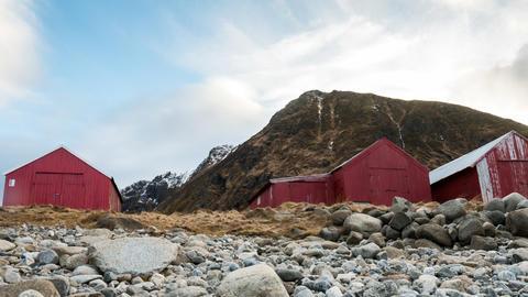 Wolken über Holzhütten auf den Lofoten Footage