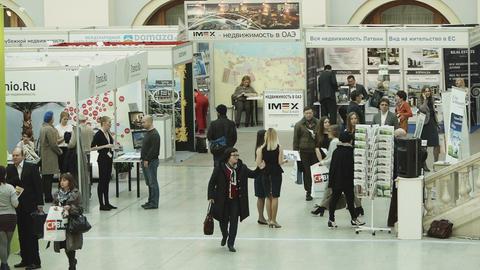 Busy day at property expo in Moscow Acción en vivo