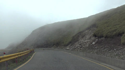 driving on full of fog mountain road Live影片