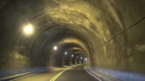driving fast through the tunnel Live影片