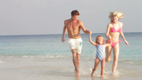 Family Having Fun On Beach Holiday Filmmaterial