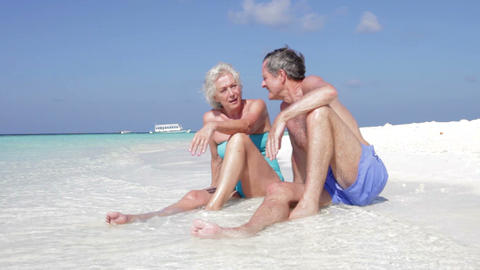 Senior Couple Enjoying Beach Holiday Filmmaterial