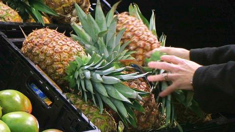 Woman Selects Pineapple ビデオ