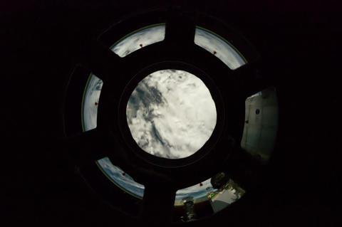 land view from the window Acción en vivo