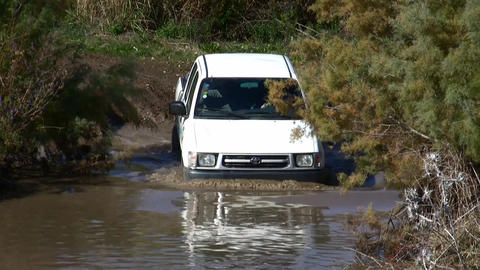 4x4 challenge in the water Live Action