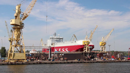 Harbor cranes, shipyard and docks in Szczecin ビデオ